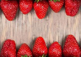 gros plan de fraise mûre juteuse photo