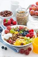 petit-déjeuner sain - baies, fruits et céréales dans l'assiette