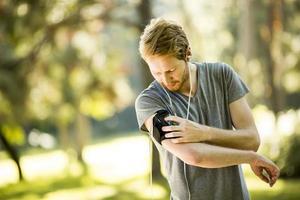 jeune homme qui court dans le parc en automne photo