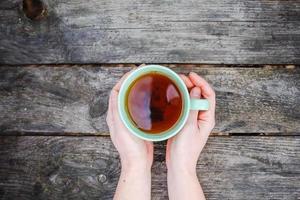 tasse de thé réchauffement des mains froides photo