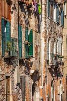 Bâtiments avec fenêtres vénitiennes traditionnelles à Venise, Italie