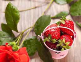 seau de fraises et rose photo