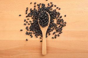haricots noirs avec une cuillère en bois