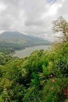 Twin Lake dans le nord de Bali, Indonésie photo