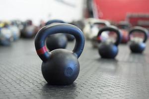 kettlebells sur le sol de la salle de gym photo