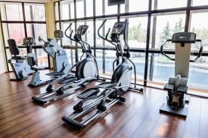 intérieur de la salle de gym avec de nombreuses machines de tapis roulant