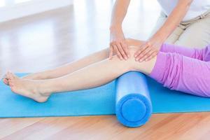 formateur travaillant avec une femme sur un tapis d'exercice