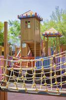 aire de jeux pour enfants dans le parc photo