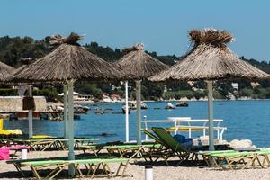parasols et transats sur la plage