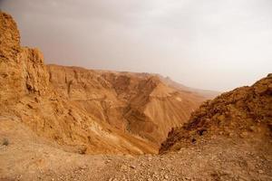 Randonnée dans le désert de pierre de Judée, au Moyen-Orient photo
