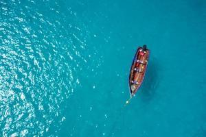 Bateau de pêcheur traditionnel à santa maria sal island cap vert