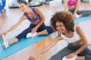 gens, faire, étirage, exercices, fitness, studio photo