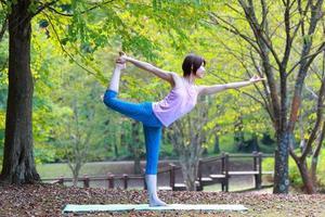 """femme japonaise faisant du yoga """"seigneur de la danse pose"""""""