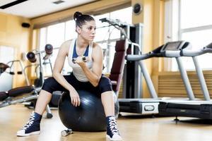 jeune femme dans la salle de gym
