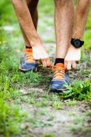 coureur attachant chaussure de sport photo