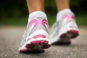 gros plan de chaussures de course d'une coureuse.