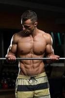 jeune homme, travailler, biceps