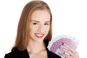 belle femme d'affaires caucasien tenant la monnaie euro. photo