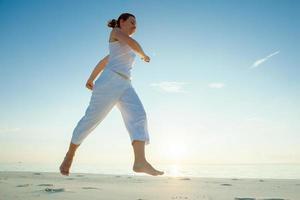 caucasien, femme, jogging, bord mer photo