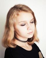 adolescente blonde caucasienne, les yeux fermés