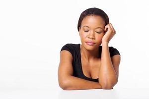 femme d'affaires afro-américaine, les yeux fermés