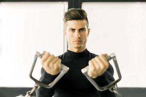 jeune homme, formation, dans, a, gymnase photo