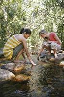 jeunes filles, coller, mains, ruisseau photo