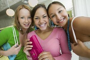filles, faire du shopping dans une boutique photo