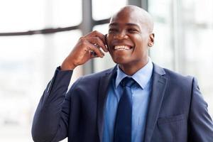 dirigeant d'entreprise afro-américain parler sur téléphone portable photo