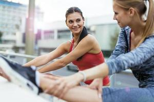 étirement musculaire avant de faire du jogging photo