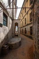 vieille scène de ruelle délabrée photo