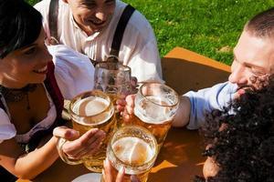groupe de quatre amis dans le jardin de la bière photo
