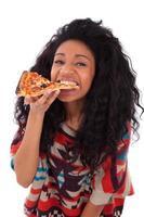 jeune adolescente afro-américaine, manger une tranche de pizza