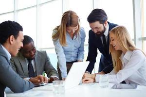 partenaires commerciaux communiquant photo