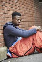 adolescent vulnérable dormant dans la rue photo
