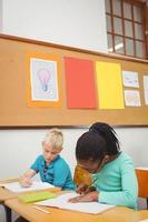 étudiants occupés travaillant sur le travail en classe photo