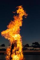 langues de flamme au coucher du soleil photo