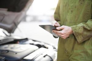 mécanicien à l'aide de la tablette tactile photo
