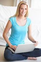 jeune femme sur son ordinateur portable
