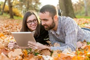 jeune couple, à, tablette, informatique
