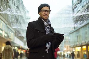 Tablette ordinateur homme urbain holdin sur rue photo