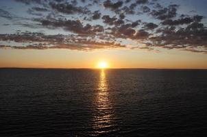 lever du soleil à l'aube sur le navire photo