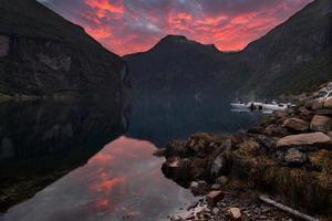 coucher de soleil dans le fjord de geiranger photo