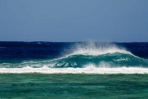 rupture de grosse vague dans l'île du pacifique