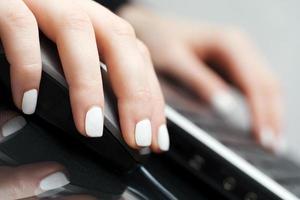 mains féminines à l'aide d'un clavier et d'une souris d'ordinateur photo