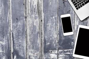 ordinateur tablette téléphone sur une table en bois photo