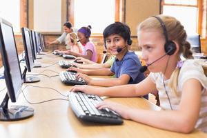élèves mignons en classe d'informatique avec professeur photo