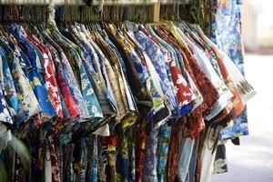 Boutique touristique affichant un rack de chemises hawaïennes photo