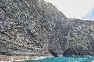 Falaise de la côte de na pali avec des grottes