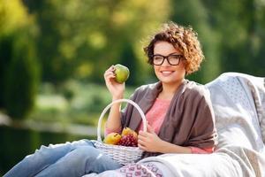 jolie fille tenant des fruits photo